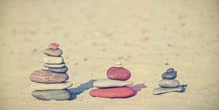 Винтажные ретро пирамиды камня стиля на пляже Стоковое фото RF