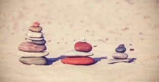 Винтажные ретро пирамиды камня стиля на пляже Стоковые Изображения RF