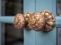 Винтажные ручки двери на деревянной двери стоковое изображение