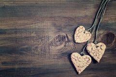 Винтажные сердца на деревянной предпосылке фото тонизировало Стоковые Фотографии RF