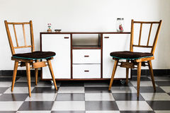 Винтажные стулья в комнате стоковая фотография rf