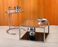 Винтажные таблицы стекла и хрома с объектами Deco Стоковая Фотография RF