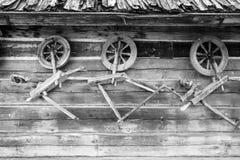 Винтажные традиционные старые деревянные закручивая колеса стоковые фото