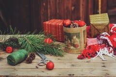 Винтажные украшения рождества на деревянном загородном доме Подготавливающ на Новый Год, оборачивая подарки дома Стоковая Фотография RF