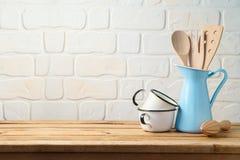 Винтажные утвари и tableware кухни на деревянном столе стоковые фотографии rf