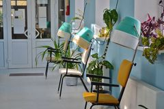 Винтажные фены для волос в комнате бассейна в солнечном свете стоковое изображение rf
