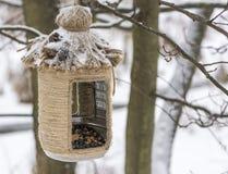 Винтажные фидеры птицы handmade Фидер птицы покрытый с снегом Малая глубина поля стоковое фото