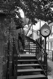 Винтажные часы и спиральные лестницы в черно-белом Стоковое Изображение