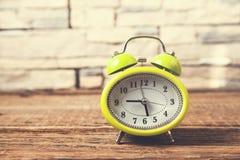 Винтажные часы на коричневой предпосылке деревянного стола стоковое изображение