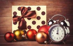 Винтажные часы на предпосылке рождества Стоковые Фотографии RF