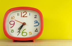 Винтажные часы помещенные на деревянном стоковое фото