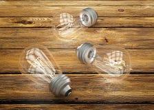 Винтажные электрические лампочки на коричневой деревянной предпосылке стоковое изображение