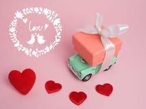 Винтажный автомобиль носит подарочную коробку на древесине t предпосылки и верхней части цвета Стоковые Фото
