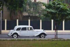 Винтажный автомобиль на улице стоковая фотография rf