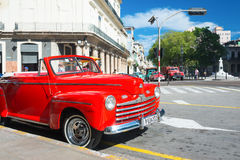 Винтажный автомобиль припарковал на известной улице в Гаване Стоковое Изображение
