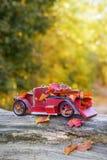 Винтажный автомобиль с листьями осени стоковое фото rf