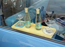 Винтажный автомобиль babycham выпивает полку стоковая фотография