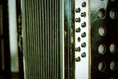 Винтажный аккордеон с ключами и мембранами аккордеона стоковое фото