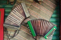 Винтажный аккордеон, смертная казнь через повешение на стене, концепция губной гармоники музыки, Wo Стоковая Фотография RF