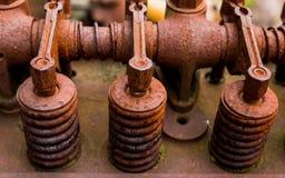 Винтажный античный автомобильный вал и оружия коромысла головки цилиндра предусматриванные в оранжевой ржавчине Стоковое Изображение