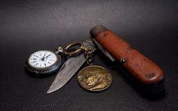 винтажный античный воинский карманный нож с карманным emplem часов и солдата чернит Вторую Мировую Войну предпосылки стоковая фотография rf