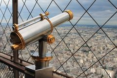 Винтажный латунный телескоп обозревая Париж Стоковая Фотография RF