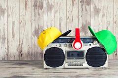 Винтажный аудио игрок и модные покрашенные крышки, наушники, Концепция стиля хмеля музыки тазобедренного стоковые фото