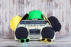 Винтажный аудио игрок и модные покрашенные крышки, солнечные очки Концепция стиля хмеля музыки тазобедренного стоковые фото