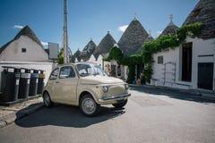 Винтажный белый автомобиль в улицах города trulli Trullo в Италии Стоковые Фото