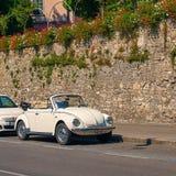 Винтажный белый тип 1 Фольксвагена автомобиля cabriolet жука VW Фольксвагена, черепашка Фольксвагена припарковал на улице Стоковая Фотография RF