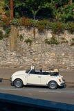 Винтажный белый тип 1 Фольксвагена автомобиля cabriolet жука VW Фольксвагена, черепашка Фольксвагена припарковал на улице Стоковая Фотография