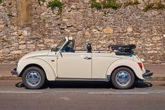 Винтажный белый тип 1 Фольксвагена автомобиля cabriolet жука VW Фольксвагена, черепашка Фольксвагена припарковал на улице Стоковое Изображение RF