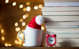 Винтажный будильник и куча книг с чашкой Стоковое Изображение RF