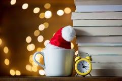 Винтажный будильник и куча книг с чашкой Стоковое Фото