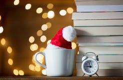 Винтажный будильник и куча книг с чашкой Стоковая Фотография RF