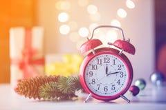 Винтажный будильник с подарком и Ligths рождества Стоковое Изображение