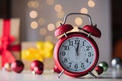Винтажный будильник с подарком и Ligths рождества Стоковые Фото