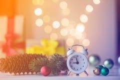 Винтажный будильник с подарком и Ligths рождества Стоковая Фотография