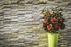 Винтажный букет красной розы с предпосылкой каменной стены Стоковые Фото