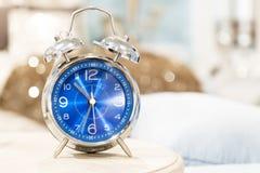 Винтажный будильник на таблице ночи Стоковое Фото