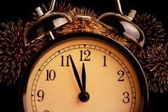 Винтажный будильник показывает полночь Это часы ` 12 o, концепция счастливого Нового Года праздника праздничная на светлой блестя Стоковая Фотография