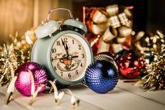 Винтажный будильник показывая 5 минут к полночи Стоковые Изображения