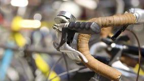 Винтажный велосипед в автостоянке милана акции видеоматериалы
