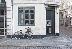 Винтажный велосипед на старой улице Копенгагена стоковое фото rf