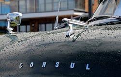 Винтажный великобританский талисман bonnet автомобиля консула брода Стоковые Изображения RF