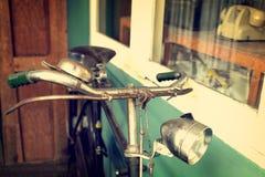 Винтажный велосипед в кафе Стоковая Фотография RF