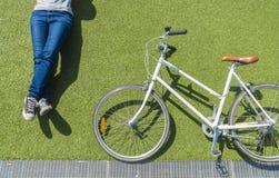 Винтажный велосипед и велосипедист на лужайке Стоковые Изображения