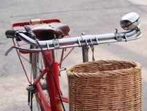 Винтажный велосипед и несущая корзины Стоковое Изображение RF