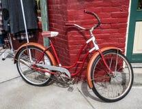 Винтажный велосипед красной и белой девушки Стоковая Фотография