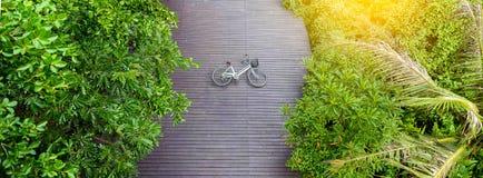 Винтажный велосипед на деревянном поле на парке a Sri Nakhon Khuean Khan Стоковые Изображения